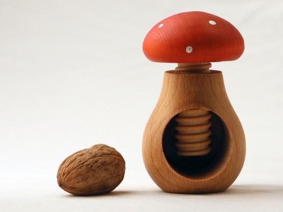 Casse-noix champignon de couleur rouge